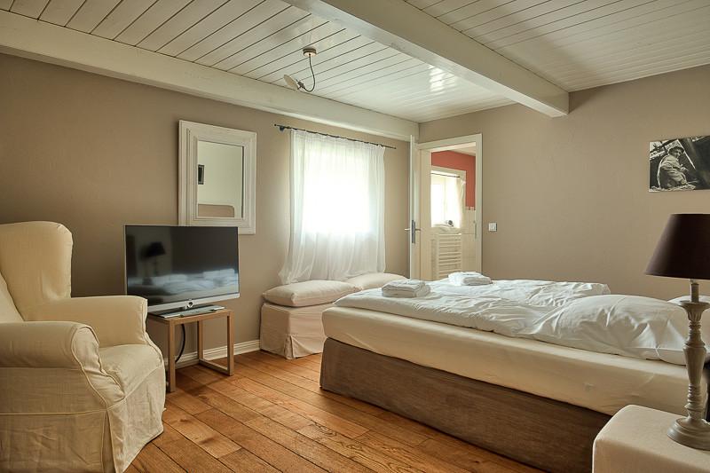 Föhrperle-Ferienhaus-Foehr-Luxus-Reetdach-traumhaft-traumhaus-Schlafzimmer-Erdgeschoss-6-7-8-5-4-Personen-von-privat-strand-strandnah-wyk-nieblum-utersum