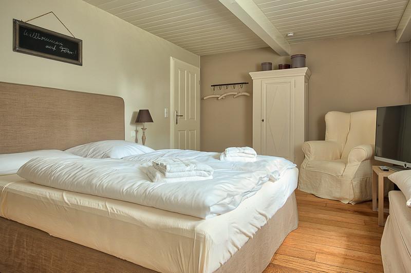 Föhrperle-Ferienhaus-Foehr-Luxus-Reetdach-traumhaft-traumhaus-Schlafzimmer-Erdgeschoss-6-7-8-5-4-Personen-wyk-nieblum-utersum.