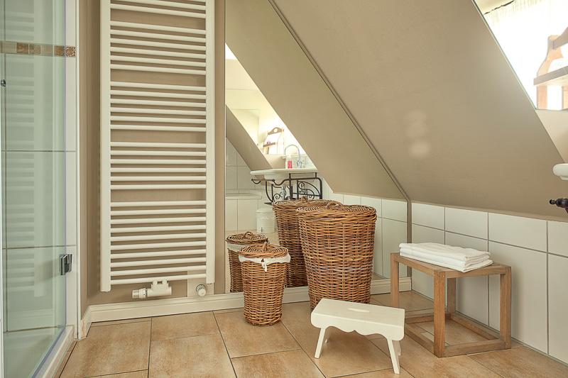 Föhrperle-ferienhaus-wyk-badezimmer-badewanne-obergeschoss-dusche
