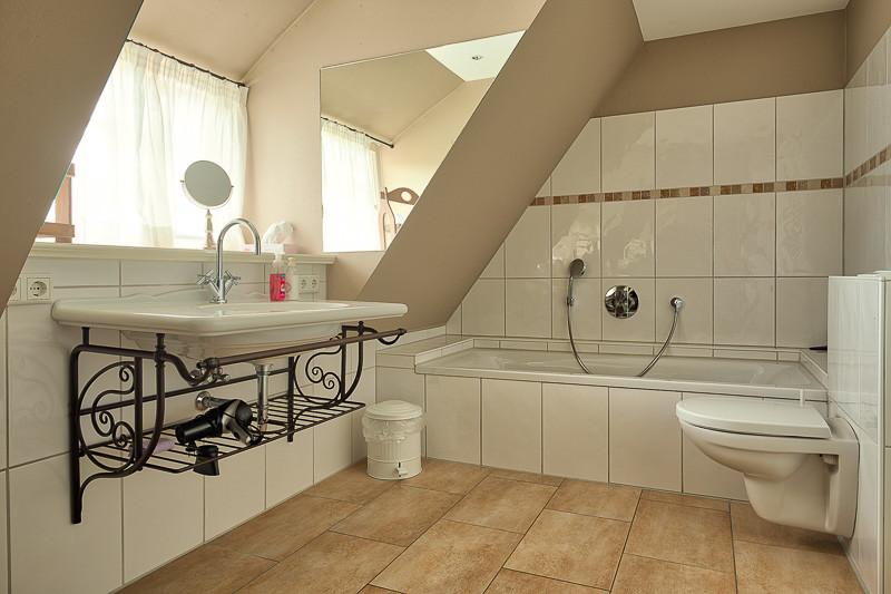 Föhrperle-ferienhaus-wyk-badezimmer-badewanne-obergeschoss