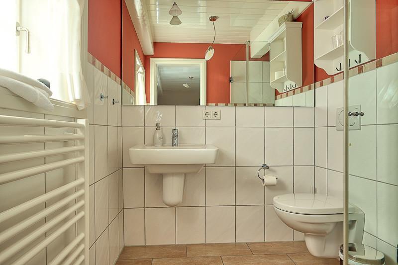 Föhrperle-ferienhaus-wyk-badezimmer-duache-erdgeschoss