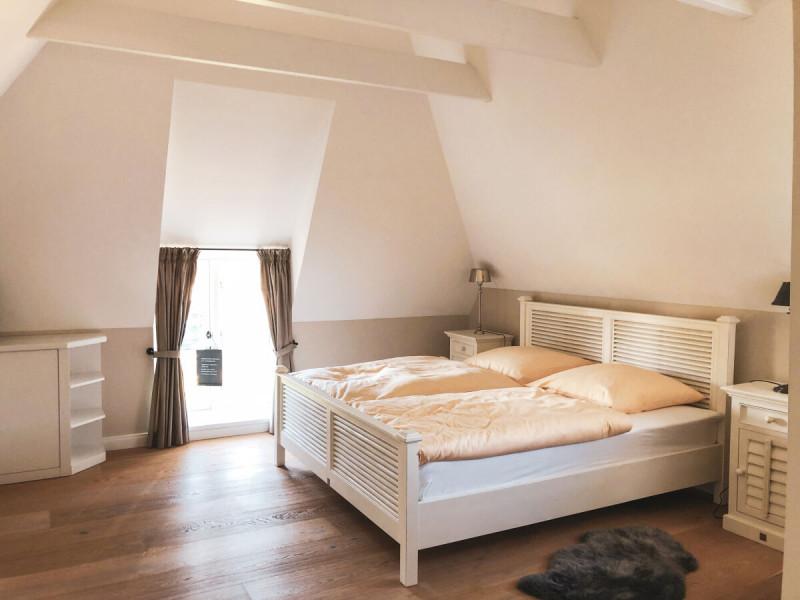 Ferienhaus-Foehr-8-Personen-Luxus-Reetdach-Obergeschoss Master Schlafzimmer