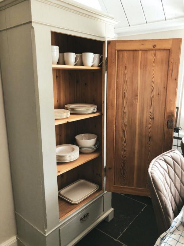 Ferienhaus-Foehr-8-Personen-Luxus-Reetdach-Küche historischer Küchenschrank