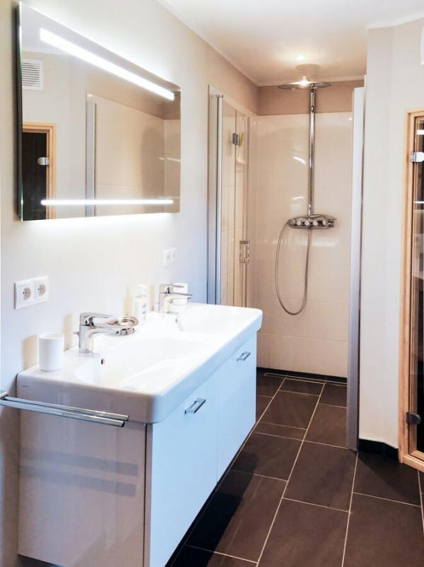 Ferienhaus-Foehr-8-Personen-Luxus-Reetdach-Master Badezimmer OG mit Raindance-Dusche