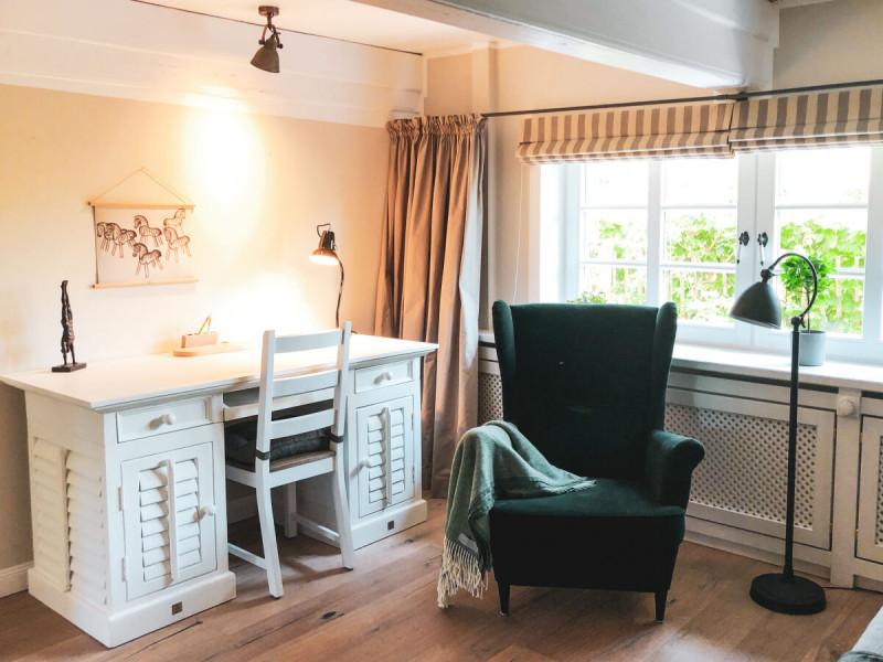 Ferienhaus-Foehr-8-Personen-Luxus-Reetdach-Schlafzimmer Erdgeschoss als Arbeitszimmer oder Multifunktionsraum
